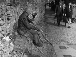 Geschichte / Deutschland / 20. Jh. / Nachkriegszeit: Berlin 1945-49 / Bevölkerung / Armut / Bettelei, Hausiererei