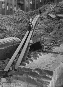 Kleiner Junge benutzt einen Eisenträger im Trümmerberg als Rutschbahn.; Foto: Friedrich Seidenstücker, Berlin, 1947;