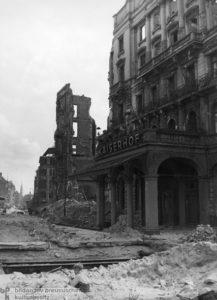 """""""Kaiserhof, '45"""", Ein kleiner Junge spielt vor der Ruine des Hotels Kaiserhof im Trümmerschutt.; Foto: Friedrich Seidenstücker, Berlin, 1945;"""
