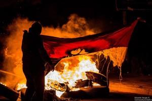 quemandobanderachilena02