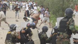MAS CINCO MIL MINEROS INFORMALES DE MADRE DE DIOS REALIZARON UNA PROTESTA Y SE ENFRENTARON CON LA POLICIA CUANDO INTENTABAN TOMAR EL PUENTE CONTINENTAL Y QUEMAR VEHICULOS, SIENDO IMPEDIDO POR LAS FUERZAS DEL ORDEN, VARIOS DE LOS MANIFESTANTES TENIAN EXPLOSIVOS,Y TOMARON LA CARRETERA INTEROCEANICA Y PUGNARON POR INCENDIAR EL AEROPUERTO EN EL ENFRENTAMIENTO MURIERON TRES PERSONAS IDENTIFICADAS COMO JULIO TICONA MEDINA (41) CARLOS LANCI YUMBATO (46) Y FRANCISCO AREQUE JIPA (36) OTRAS 60 FUERON DETENIDAS